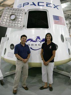 Astronauci Sunnita Williams i Akihiko Hoshide stoją przed pełnowymiarowym modelem Dragona.