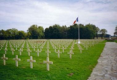 800px-Ypres-necropole-national-gravestones.redvers