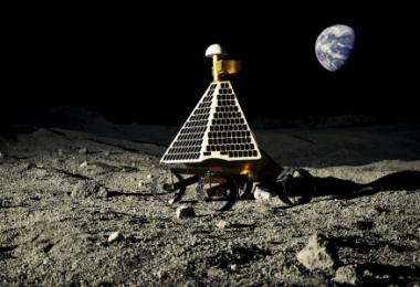 Makieta łazika formy AstroBotics na symulowanym księżycowym terenie